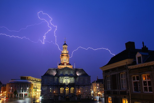 Bliksem boven het stadhuis van Maastricht tijdens het onweer op 7 juni 2011. (By Pieter Hoogland (Own work) [CC-BY-SA-3.0-nl (http://creativecommons.org/licenses/by-sa/3.0/nl/deed.en)], via Wikimedia Commons